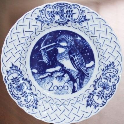 Cibulák tanier závesný reliéfny / výročný 2006 18 cm cibulový porcelán, originálny cibulák Dubí 1. akosť