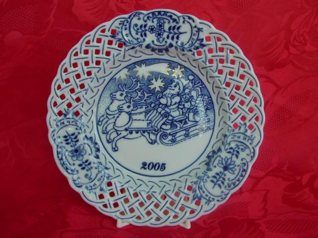 Cibulák tanier závesný prelamovaný / výročný 2005 18 cm cibulový porcelán, originálny cibulák Dubí 1. akosť