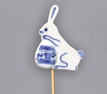 Cibulák veľkonočná ozdoba - zajačik s vajíčkom - zápich 7 x 5,4 x 0,7 cm cibulový porcelán, originálny cibulák Dubí 1. akosť