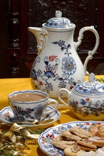 Cibuláková kanvica kávová s viečkom, originál cibulák pozlátený s dekoráciou rubín cibulový porcelán, originálny cibulák Dubí 1. akosť