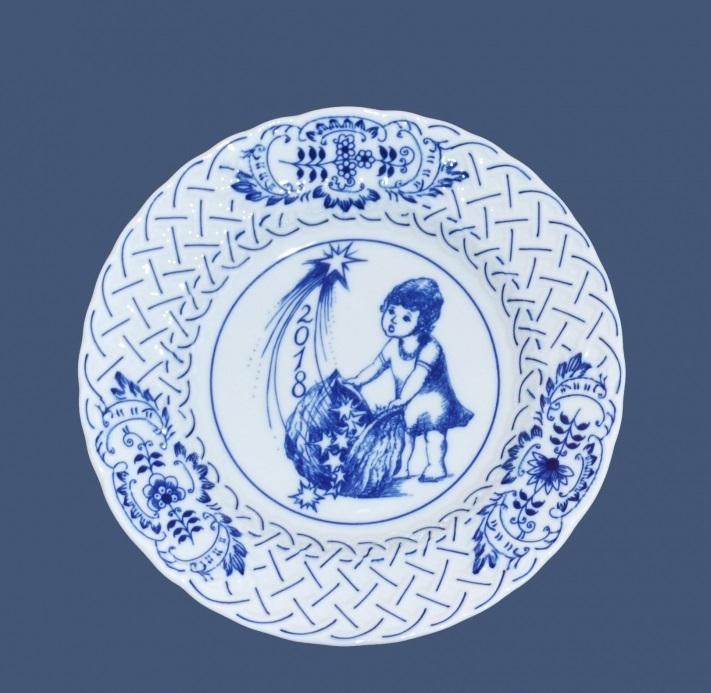 Cibulák tanier závesný reliéfny / výročný 2018 18 cm cibulový porcelán, originálny cibulák Dubí 1. akosť