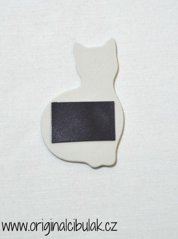 Cibulák mačička - magnetka 6,6 cm cibulový porcelán, originálny cibulák Dubí 1. akosť